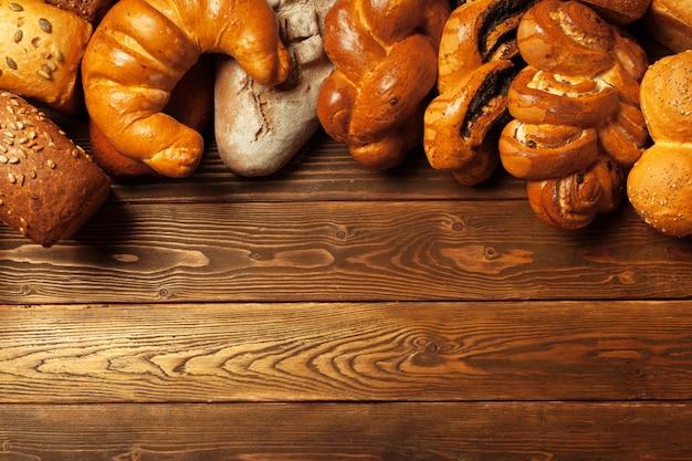 木製のテーブルで焼きたてのパン