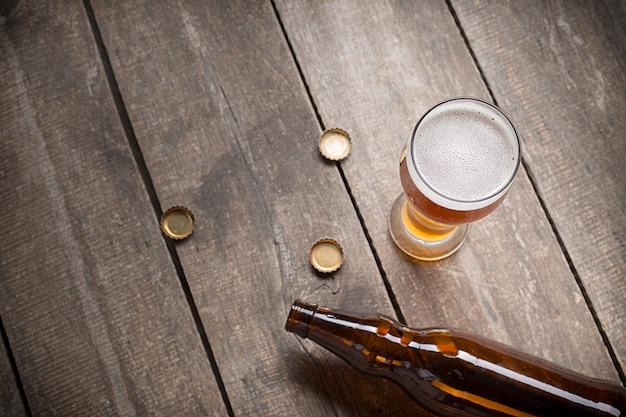 木板にグラスビール
