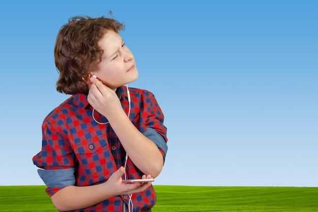 Аттракцион малыш слушает музыку в наушниках