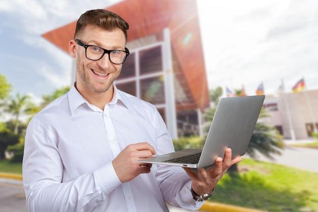 Портрет молодого бизнесмена с ноутбуком