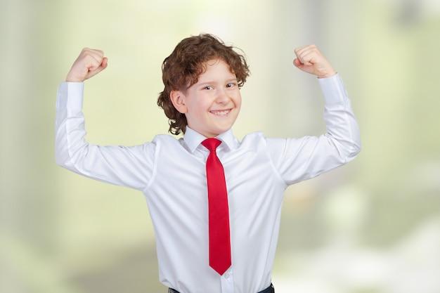 筋肉を示す強い笑みを浮かべて少年の肖像画を閉じる
