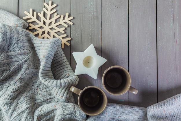 マグカップと暖かいセーターのクローズアップ写真