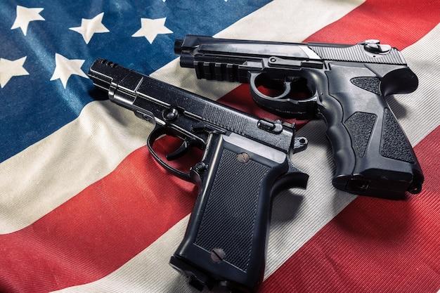 アメリカの国旗の上に横たわる拳銃