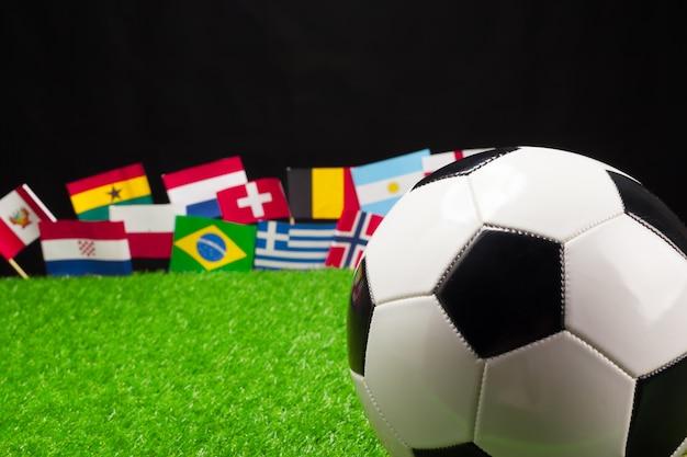 国際的な旗とサッカー