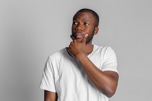 Афро-американский мужчина думает