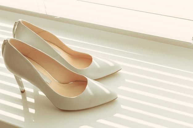 花嫁からの美しい白い靴