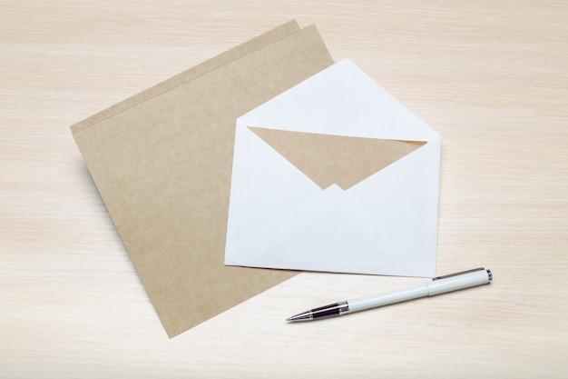 木製の白紙の封筒の写真