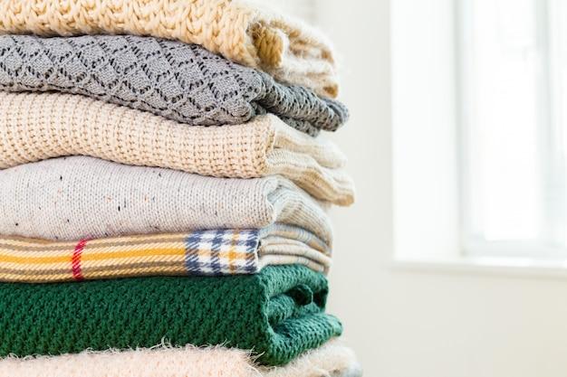 白い居心地の良いニットセーターのスタック