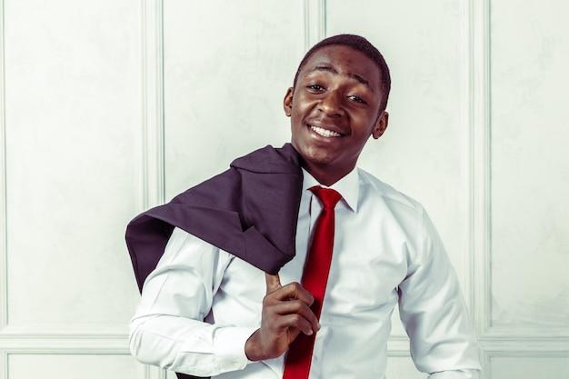 Портрет счастливый, улыбающийся черный деловой человек