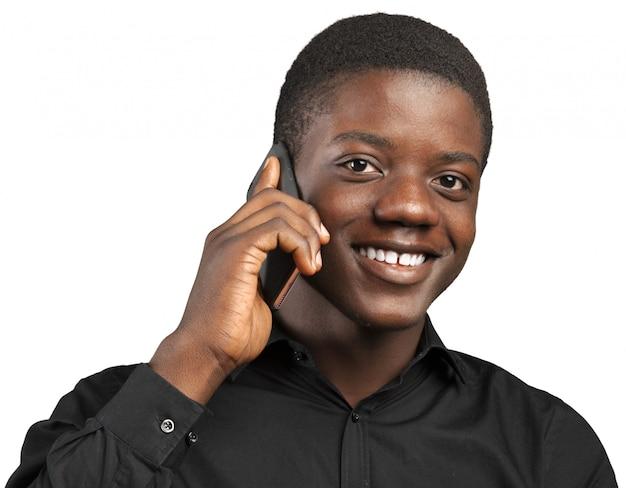 携帯電話で若いアフリカ人