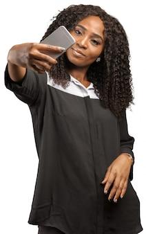 スマートフォンを使用して女性