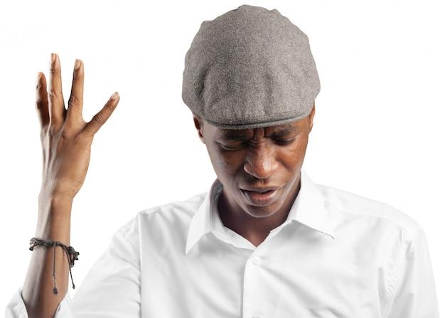 怒った表情で若いハンサムなアフロアメリカ人