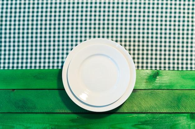 市松模様のテーブルクロスのプレート