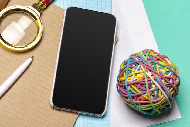Черный смартфон на столе