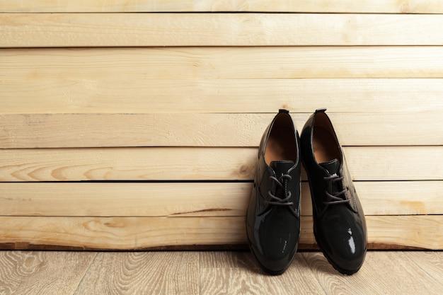 木の上の女性の靴