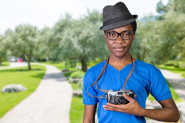 Счастливый молодой африканский фотограф