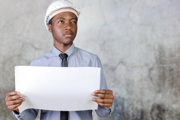 Чернокожий афроамериканец строитель