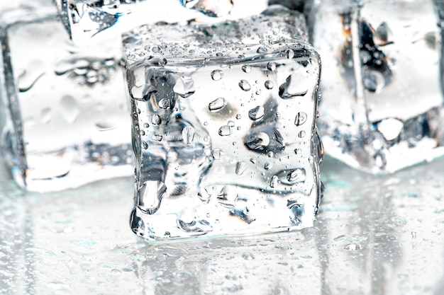 Кубики льда на белом.
