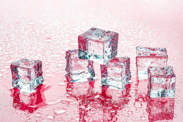 Кубики льда на розовом