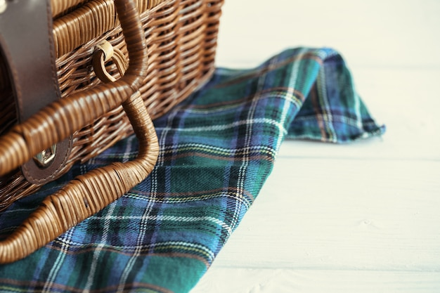 木製の枝編み細工品バスケットのショットを閉じる