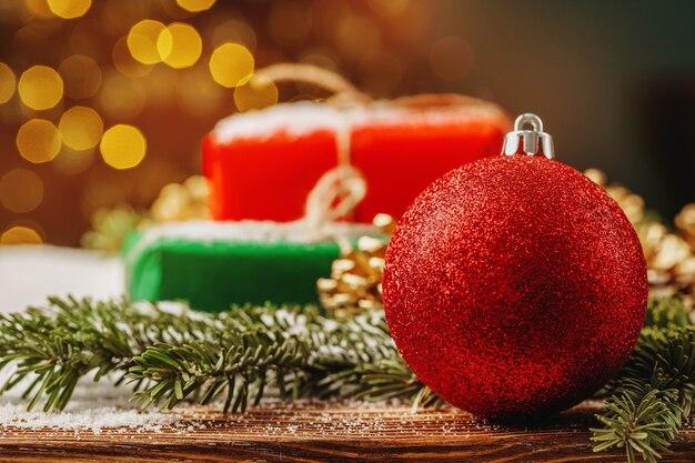 クリスマス安ピカ装飾と雪に覆われたテーブルをクローズアップ