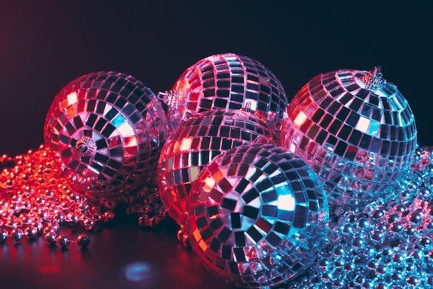 光を反射するミラーボールと光沢のあるディスコパーティー