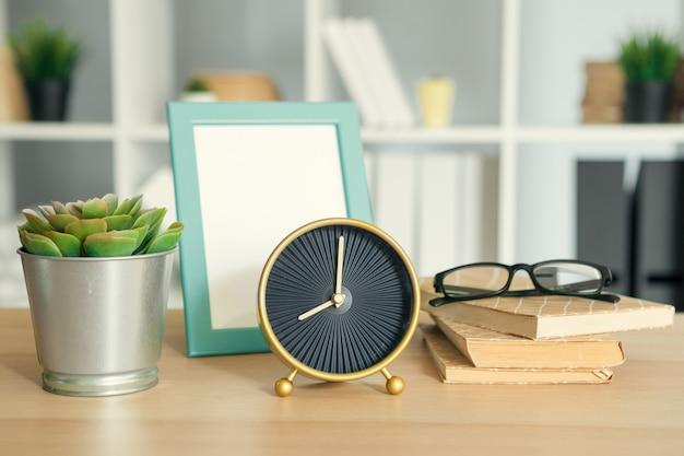 目覚まし時計と文房具とオフィスインテリアの詳細