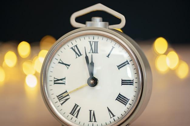 Крупным планом ретро-будильник на размытом рождество с боке