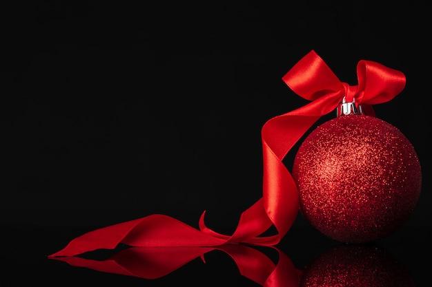 暗い赤に美しいクリスマス安物の宝石をクローズアップ