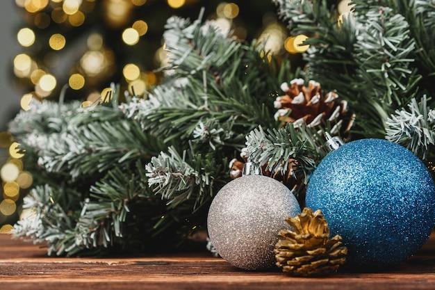 ぼやけた松の木に対してクリスマス装飾ボール