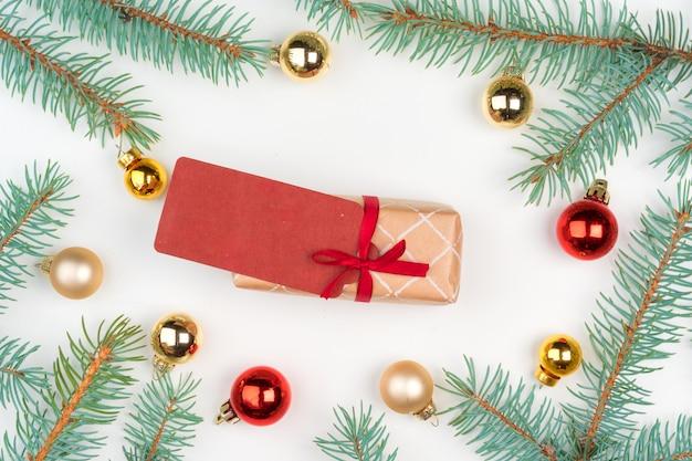 松の木の枝とミニつまらないものに囲まれたクリスマスクラフトギフト