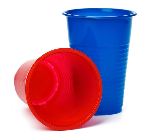 白で隔離される色のプラスチックカップ