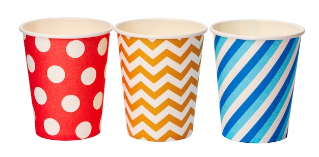 白で隔離される色のパターンを持つ紙の使い捨てカップ