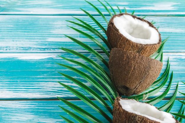 ココナッツと熱帯の葉で作られた創造的なレイアウト。食物