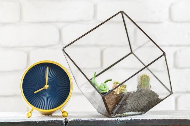 オブジェクトと白いレンガの壁に白いテーブルの上の鉢に観葉植物