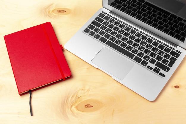 Офисный рабочий стол с ноутбуком крупным планом