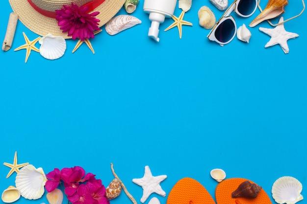 ビーチウェアと青色の背景にアクセサリー
