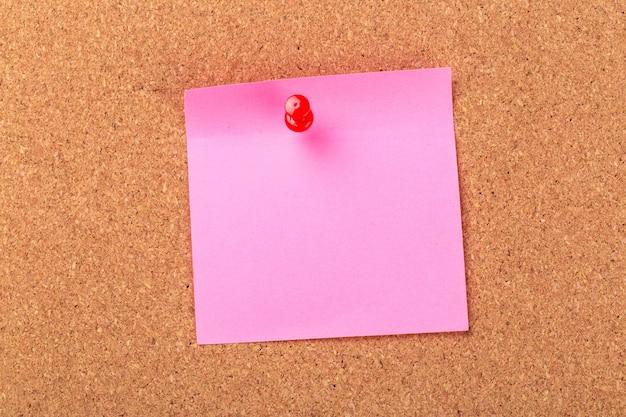 コルク掲示板に付箋またはポストがあります