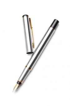Перьевая ручка на белом фоне