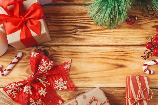 テーブルにリボンで包まれたクリスマスギフトボックス