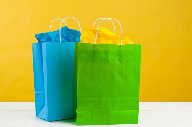 Бумажные сумки на ярко-желтом