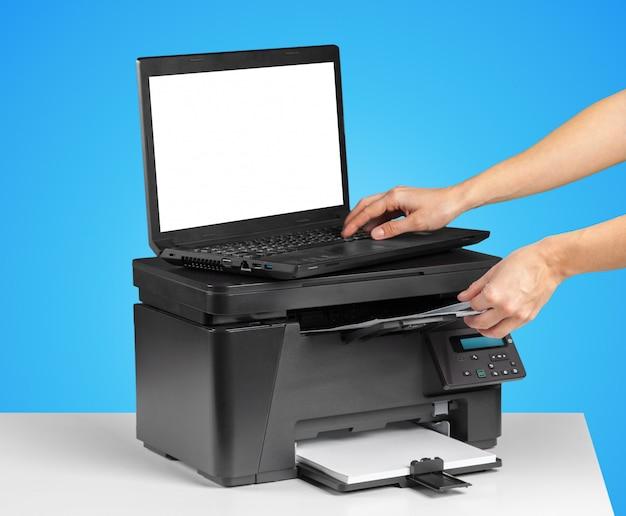 プリンターとコンピューター。オフィステーブル
