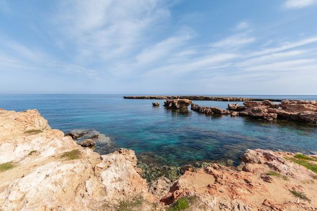 朝の岩の多い海岸の眺め