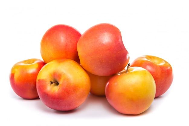 白で隔離赤いリンゴ