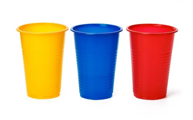 白い背景の上のプラスチックカップ