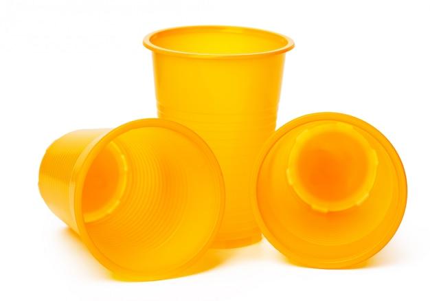 Пластиковые стаканчики на белом фоне