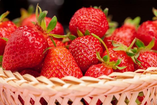 新鮮な熟したイチゴ果実のクローズアップ