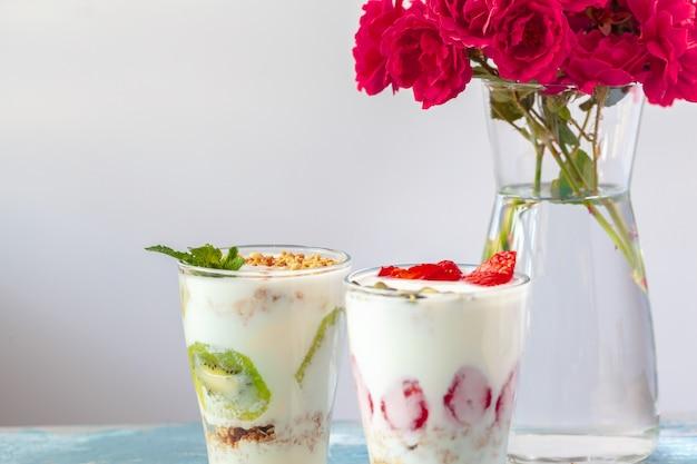 朝食、グラノーラ、白いテーブルに新鮮な果実の健康製品