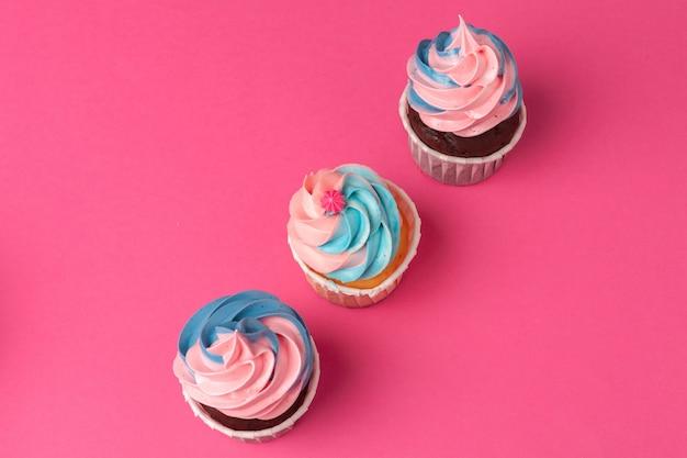 コピースペースとおいしいカップケーキクローズアップ背景。誕生日パーティーのお菓子