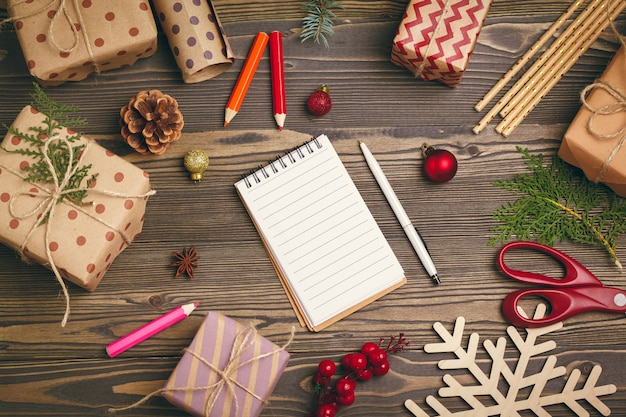 Готовимся к рождеству, упаковываем подарки и делаем украшения
